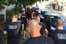 Des groupes d'extrême droite accueillent des auteurs de crimes racistes