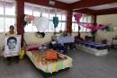 Mexique: des familles attendent dans l'école des 43 étudiants disparus