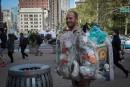 À New York, un homme-ordures pour éveiller les consciences
