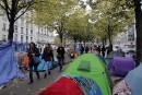 Dans les quartiers du nord de Paris, les campements de migrants ont déjà été évacués à maintes reprises. Mais depuis plusieurs jours, les tentes se multiplient, au moment où, à 300 kilomètres de là, les autorités françaises démantèlent l'immense bidonville de Calais.
