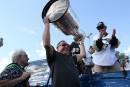 L'entraîneur-adjoint des Penguins de Pittsburgh, Jacques Martin, soulève la coupe... | 19 décembre 2016