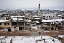 Sous la neige, les habitants d'Alep attendent d'être évacués