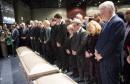 Plusieurs politiciens entourent le cerceuil des victimes, dont (à partir... | 3 février 2017