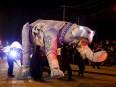 Un ours géant aux yeux illuminés arborait sur son corps... | 4 février 2017