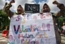 Des étudiantes scandent des slogans pendant une manifestation anti-Saint-Valentin à... | 14 février 2017