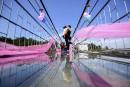 Un couple chinois s'embrasse sur un pont de verre, lors... | 14 février 2017