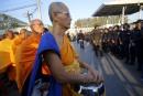 Des moines bouddhistes se tiennent devant les policiers, aux portes... | 16 février 2017