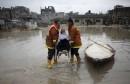 Des secours palestiniens évacuent une femme de sa maison inondée... | 16 février 2017