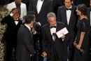 Warren Beatty montre l'enveloppe qui déclare Moonlight gagnant du meilleur... | 27 février 2017