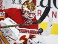 Le gardien des Flames Brian Elliott bloque la rondelle en... | 9 mars 2017