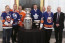 Bryan Trottier, Paul Coffey, Bernard Parent, Franck Mahovlich, Dave Keon, Mike Bossy et le gouverneur général David Johnston. | 16 mars 2017