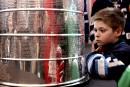 Zachary Hurens lit les noms sur la Coupe Stanley.... | 16 mars 2017