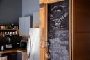 Dans la cuisine, les indications pratiques sont écrites à la... | 17 mars 2017