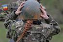 Une soldate roumaine ajuste son casque pendant un entraînement avec... | 20 mars 2017