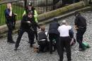 Un policier pointe son arme sur un homme au sol.... | 22 mars 2017