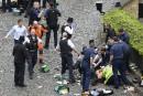 Des ambulanciers procèdent à des manoeuvres de réanimation sur une... | 22 mars 2017