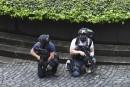 Deux policiers armés sont sur le qui-vive près du parlement... | 22 mars 2017