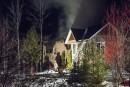 Incendie: les pompiers coupent la maison en deux