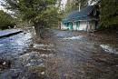 L'eau cerne cette maison en bordure de la route 341.... | 17 avril 2017