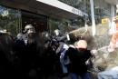 Des policiers français tentent de disperser les manifestants lors d'une...   19 avril 2017