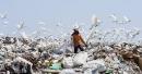 Un travailleur sri lankais ramasse des ordures et non ordonneà... | 20 avril 2017