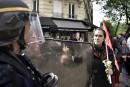 Une femme offre une fleur à un policier anti-émeute.... | 1 mai 2017