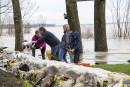 Une famille empile les sacs de sable, sur le bord... | 6 mai 2017