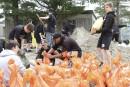 Des jeunes d'une école préparent des sacs de sable, à... | 6 mai 2017