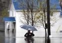 Un homme circule dans une rue de Gatineau.... | 6 mai 2017