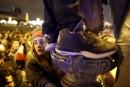 Les partisans qui se trouvaient devant le Louvre faisaient ce... | 7 mai 2017