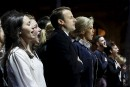 Emmanuel Macron, sa femme Brigitte et leur entourage chantent l'hymne... | 7 mai 2017