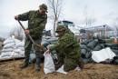 Ces militaires de Valcartier remplissaient des sacs de sable pour... | 7 mai 2017