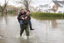 Inondations: la pluie ralentira le retour à la normale