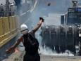 Des activistes vénézuéliens lancent des bombes d'excréments vers les escouades... | 11 mai 2017