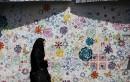 Une Iranienne passe devant un graffiti à Téhéran. Après une... | 15 mai 2017