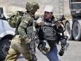 Un soldat israélien bouscule un photographe pendant une grève de... | 16 mai 2017