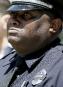 L'officier Demarcus Black verse une larme pendant une cérémonie en... | 17 mai 2017