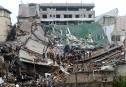 Des pompiers du Sri Lanka fouillent les décombres d'un immeuble... | 18 mai 2017