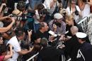 Uma Thurman est assaillie par les fans pour signer des... | 18 mai 2017