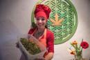 Une chef cuisine avec le cannabis