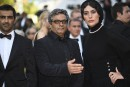 Les acteurs iraniensReza Akhlaghirad etSoudabeh Beizaee entourent le réalisateurMohammad Rasoulof... | 27 mai 2017