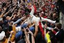 Le pilote Lewis Hamilton, qui a surfé sur ses fans... | 17 juillet 2017