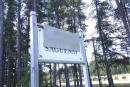 Une pancarte «Saguenay ville blanche» au cimetière