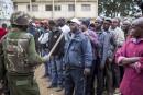 Un officier de l'administration du Kenya contrôle l'accès aux bureaux...   8 août 2017
