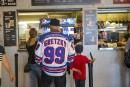 Plusieurs partisans avaient enfilé un chandail de hockey à l'effigie... | 8 août 2017