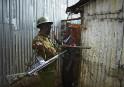 Un officier kényan confronte un manifestant suspecté, à Nairobi, un...   9 août 2017