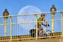 Une cycliste passe devant la lune et traverse le pont...   9 août 2017