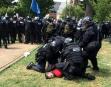 Des policiers procèdent à l'arrestation d'un manifestant.... | 12 août 2017