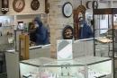 Suspects recherchés après un vol dans une bijouterie