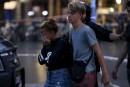 Des touristes visiblement sous le choc sont escortés hors de...   17 août 2017